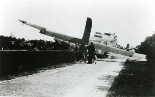 Noodlanding van een Ju 52 nabij vliegveld Ypenburg, mei 1940